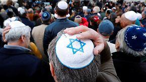 Zeichen gegen Antisemitismus: Tausende tragen auf Solidaritätskundgebungen Kippa