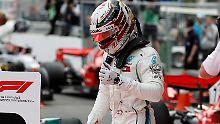 Völlig entspannt steigt Lewis Hamilton aus seinem Boliden - dabei dürfte er seinen Sieg bejubeln.