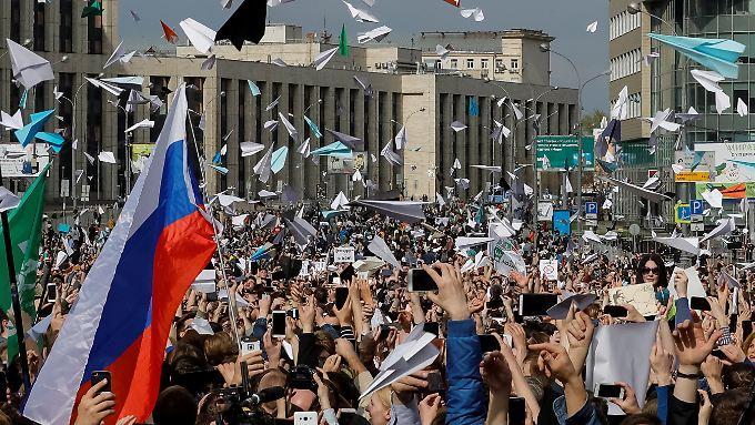 8000 Menschen demonstrieren friedlich in Moskau.
