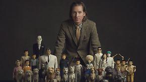 Wes Anderson mit seinen Film-Puppen.