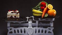 Wiegt auch auf den Hüften schwerer: Sahnetorte kommt im Vergleich mit Obst und Gemüse nicht gut weg.