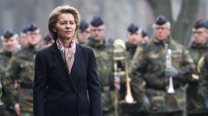 Der Ruf der Ministerin in der Truppe ist durchwachsen: Von der Leyen mit Soldaten.