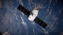 """Blick aus dem Fenster der ISS: Hier schwebt der Raumfrachter """"Dragon"""" noch mit aufgespannten Solarflügeln heran."""