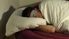 Wer im Schlaf ungünstig seinen Arm abknickt, dem schläft die Hand ein.