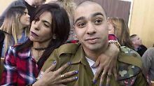 Elor Asaria mit seiner Mutter: Der Ex-Soldat darf das Gefängnis verlassen.