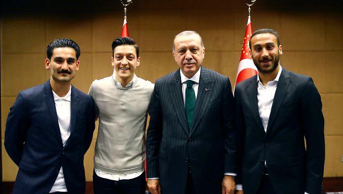 Özil (2. v.l.) und Gündogan (l.) hatten sich mit dem türkischen Staatspräsidenten Erdogan (2.v.r.) getroffen - das sorgte für heftige Kritik.