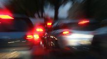 Drei Verletzte in Mannheim: Autorennen endet mit Crash in Lagerhalle