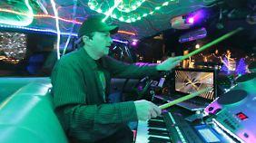 Jon Barnes fährt nicht nur Taxi, er bedient auch das Keyboard, trommelt und macht Zaubertricks.