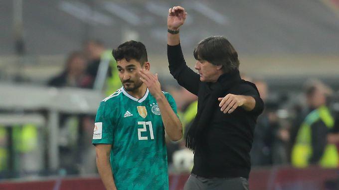 Mit der Berufung in den WM-Kader nimmt Joachim Löw seine heftig kritisierten Spieler Mesut Özil (nicht im Bild) und Ilkay Gündogan in die Pflicht (l.).