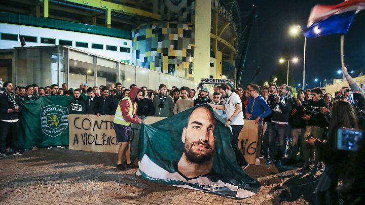 Fans demonstrieren am Abend nach den Krawallen.