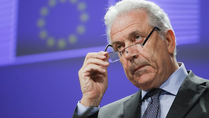 EU-Kommissar Dimitris Avramopoulos will ernst machen: Das sogenannte Blocking Statute soll helfen, die US-Sanktionen für europäische Firmen auszuhebeln.