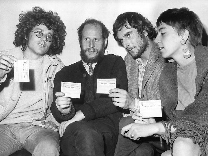 """Gegen die """"herrschenden Verhältnisse"""": Rainer Langhans, Dieter Kunzelmann, Volker Gebbert und Ursula Körber (v.l.) 1967 nach ihrer Festnahme im Berliner Rathaus Schöneberg."""