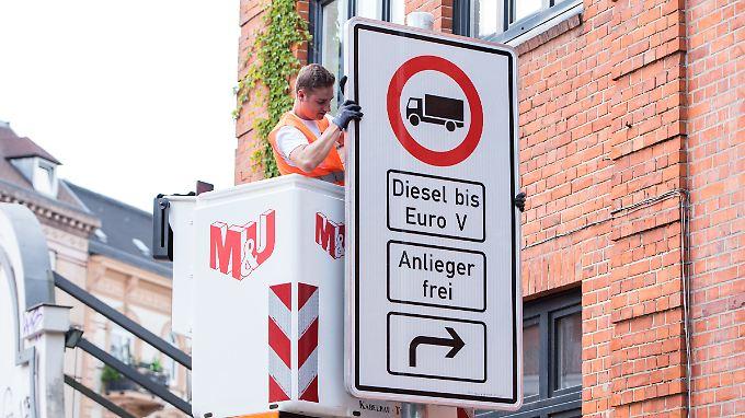 Die Fahrverbote haben die Behörden bereits vorbereitet - und die Schilder wie hier an der Stresemannstraße aufgehängt.