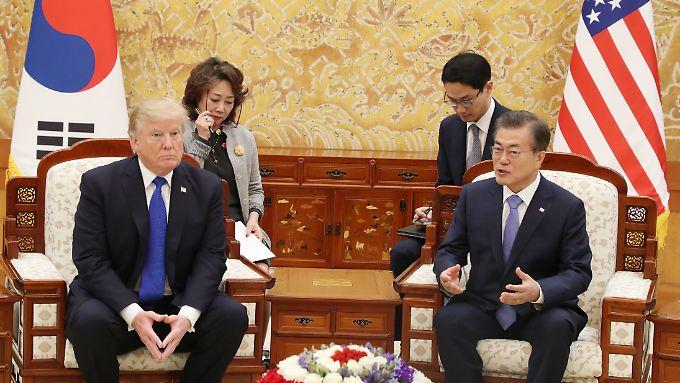 Südkoreas Präsident Moon will sich bei seinem geplanten Treffen mit US-Präsident Trump für den Trump-Kim-Gipfel einsetzen.