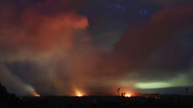 Der Vulkan Kilauea auf Hawaii schießt Lava aus aktiven Spalten in die Höhe.