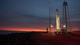 Eine Rakete mit dem Cygnus-Raumfrachter an Bord wartet im November 2017 im Wallops-Nasa-Raumfahrtzentrum im US-Bundesstaat Virginia auf ihren Start.