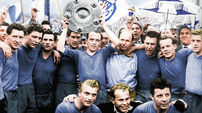 Dieses Foto ist so alt, dass es nachträglich koloriert wurde: Der FC Schalke 04 feiert am 18. Mai 1958 die deutsche Fußballmeisterschaft. Zu sehen sind, oben, von links: Heinz Kördel, Manfred Kreuz, Willi Koslowski, Otto Laszig, Berni Klodt mit der Schale, Trainer Edi Frühwirth, Günter Siebert und Günter Karnhof. Vorne: Herbert Sadlowski, Torwart Manfred Orzessek und Günter Brocker.