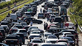 Baustellen und Unfälle: Pfingstausflug wird für Autofahrer zur Geduldsprobe