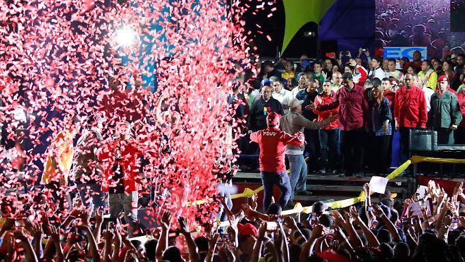 Lässt sich von seinen Anhängern feiern: der neue und alte venezolanische Präsident Nicolás Maduro.