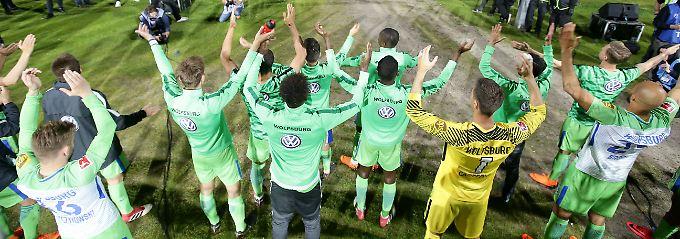 Ließen sich nach Abpfiff von den Fans feiern: die Wolfsburger