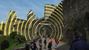 Festung mit gelben Streifen: Schweizer Künstler verärgert Bewohner von Carcassonne