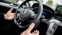 """Testingenieur Dennis Scholl fährt in einem Auto mit dem von Continental entwickelten System """"Cruising Chauffeur"""" über die Autobahn A2."""