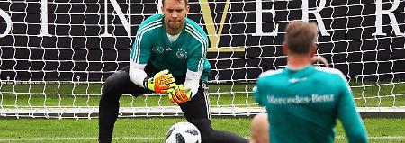 Alle blicken auf Manuel Neuer.