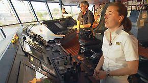 Auf der Brücke einer Männerdomäne: Erste Frau kommandiert deutsches Kreuzfahrtschiff