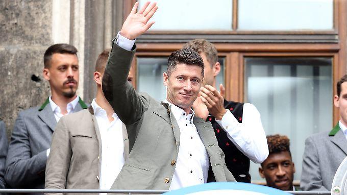 Robert Lewandowski auf der Meisterfeier des FC Bayern. Haben wir ihn hier das letzte mal in bayerischer Tracht gesehen?