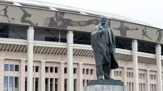Stadion erreicht, Historie geschnuppert. An diese erinnert vor dem Luschniki-Stadion noch heute eine Lenin-Statue.
