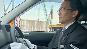 Statt ausgewaschener Jeans und fleckigem T-Shirt trägt Kenichiro Morioka einen Anzug mit weißem Hemd und dunkler Krawatte.