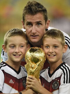 Mit seinen Zwillingen nach dem Titelgewinn 2014.