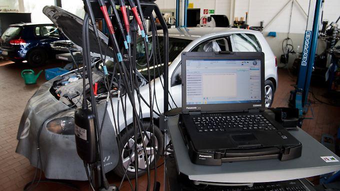Ein Software-Update wird im Rahmen der Rückrufaktion zum Abgasskandal auf einen VW Golf geladen.