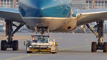 Feueralarm in Frankfurt: Schlepper-Brand beschädigt Passagierjet