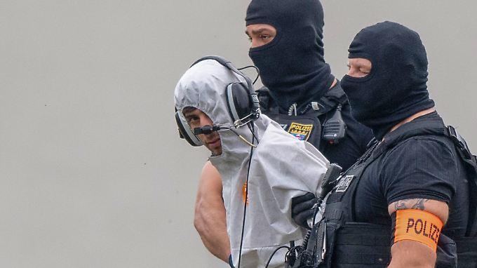 Ali B. mit Beamten einer polizeilichen Spezialeinheit nach seiner Befragung im Justizzentrum in Wiesbaden.