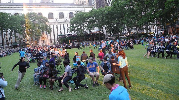 """Hart umkämpft: 500 New Yorker spielen """"Reise nach Jerusalem"""" in einem Park."""