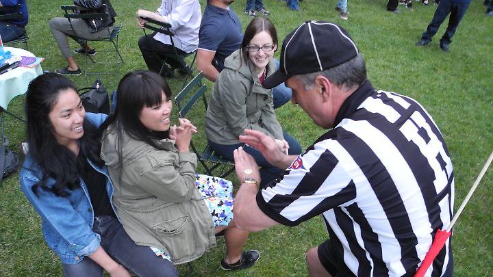 Fair Play muss auch hier sein: Schiedsrichter achten darauf, dass sich alle Kindsköpfe an die Regeln halten.