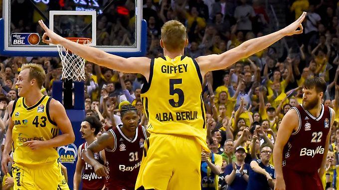 Freude bei Albas Niels Giffey: Der Nationalspieler steuerte 20 Punkte zum Ausgleich bei.