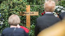 Auch ein Jahr nach seinem Tod schmückt lediglich ein schlichtes Holzkreuz das Grab von Helmut Kohl.