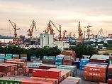 Blick auf den Containerhafen im chinesischen Guangzhou.