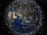 Müllabfuhr im Orbit: Mit Netz und Harpune könnten Satelliten künftig auf Jagd nach Weltraumschrott gehen.