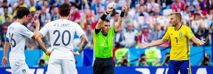 Im Spiel zwischen Schweden und Südkorea bemüht Schiedsrichter Joel Aguilar den Videobeweis - und entschied richtig auf Strafstoß für Schweden.