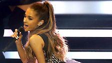 """... oder etwa Deutschland geht. Grande performt 2014 nicht nur bei der Bambi-Verleihung, """"My Everything"""" landet auch in den deutschen Top Ten."""
