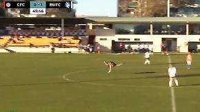 Kurioser Besuch auf Spielfeld: Känguru kickt mit