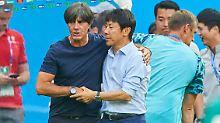 """Joachim Löw mit seinem südkoreanischen """"Doppelgänger"""" Taeyong Shin."""