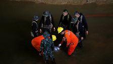... in die dunkle und in weiten Teilen überflutete Höhle nahe der Stadt Mae Sai.