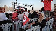 WM-Public-Viewing weltweit: Fußball aufm Platz, am Strand, am Flughafen