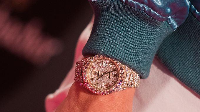 Statussymbol: Eine diamantbesetzte Rolex trägt US-amerikanische Rapper Macklemore.