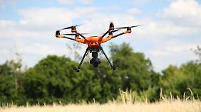 Eine Drohne mit Wärmebildkamera fliegt über ein Feld bei Gera.