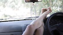 Autofahren im Adamskostüm: Darf man nackt hinters Steuer?